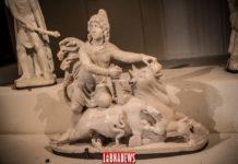 Ces sculptures appartiennent au décors d'un mithraeum et sont représentatives de l'iconographie de son culte: Le sacrifice du taurau est l'acte fondateur de la théologie mithrarique, Mithra porte ensuite la dépouille de l'animal