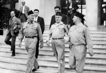Les généraux français putschistes Edmond Jouhaud, Raoul Salan, et Maurice Challe (de G à D) quittent la délégation Générale, le 23 avril 1961 à Alger, après leur prise du pouvoir (avec le général Zeller) pour s'opposer à la politique algérienne du général De Gaulle. AFP