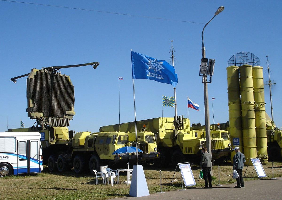 De gauche à droite : le radar 64N6E2, le poste de commandement 54K6E2, le véhicule lance-missile 5P85 et le missile lui-même désigné sous le code 9M96E2. Source image: Wikipedia