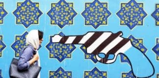 Devant le mur d'enceinte de l'ancienne ambassade des États-Unis à Téhéran, le 8 mai 2018. Atta Kenare / AFP