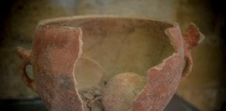 Une amphore funéraire, époque néolithique. Musée du Château de Byblos. Le Château Croisé de Byblos. Crédit Photo: François el Bacha pour Libnanews.com. Tous droits réservés.
