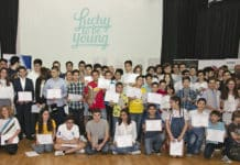 - Photo de groupe des gagnants des compétitions « InterSciences » après avoir reçu leurs certificats
