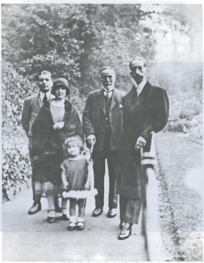Salim Ali Salam avec le Roi Faisal I d'Irak à Londres en 1925. À ses côtés ses filles Anbara et Rasha et son fils Saëb. Source Photo: Wikipedia.