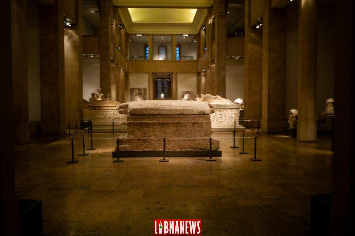 Le sarcophage d'Ahiram est hébergé par le Musée National de Beyrouth dont il est l'une des pièces majeures.  Datant du début du Ier millénaire av. J.-C., et destiné à recevoir la dépouille d'Ahiram, roi de Byblos, ce sarcophage, composé d'un bloc de calcaire, comporte une inscription qui est le plus ancien exemple écrit à l'aide de l'alphabet phénicien sur son couvercle  Crédit Photo: François el Bacha, tous droits réservés.