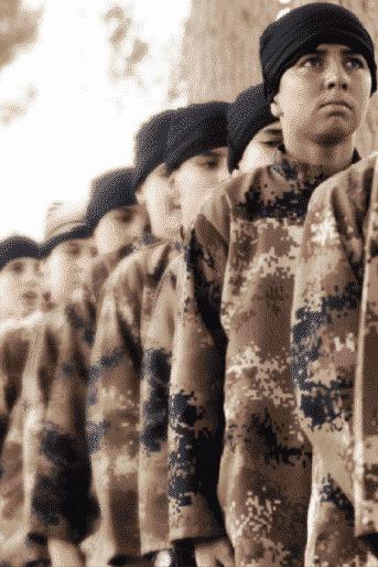 Capture d'écran d'une mise en scène des enfants-soldats, Dabiq, n°11, août 2015
