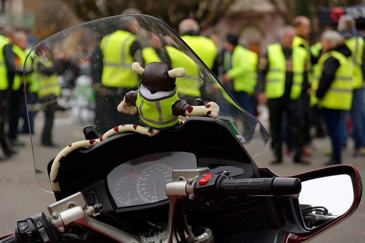 Manifestation du mouvement des gilets jaunes de la FFMC, à la place de la République, à Belfort, le 17 novembre 2018. Source Wikipedia.org