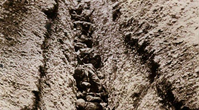 Des militaires morts dans une tranchée, au cours de la Première Guerre Mondiale.