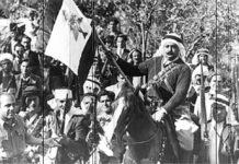 L'Emir Majid Arslan portant le drapeau libanais lors de l'indépendance du Liban