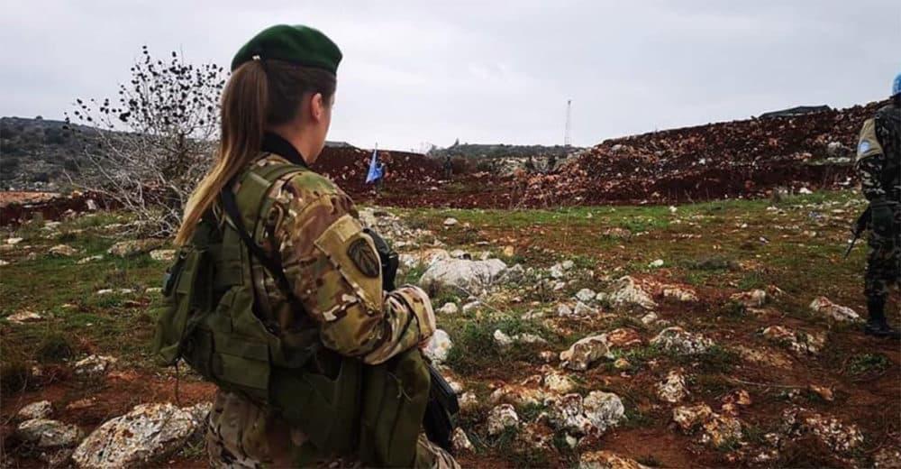 Une femme soldate de l'Armée Libanaise faisant face à des soldats israéliens. Crédit Photo: Armée Libanaise