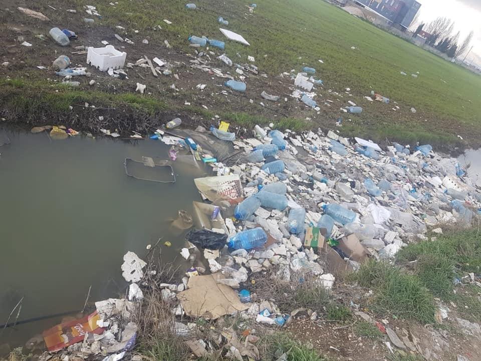La pollution engendrée par les ordures jetées par les réfugiés syriens de la Békaa. Source Photo: Page Facebook de l'Autorité du Litani