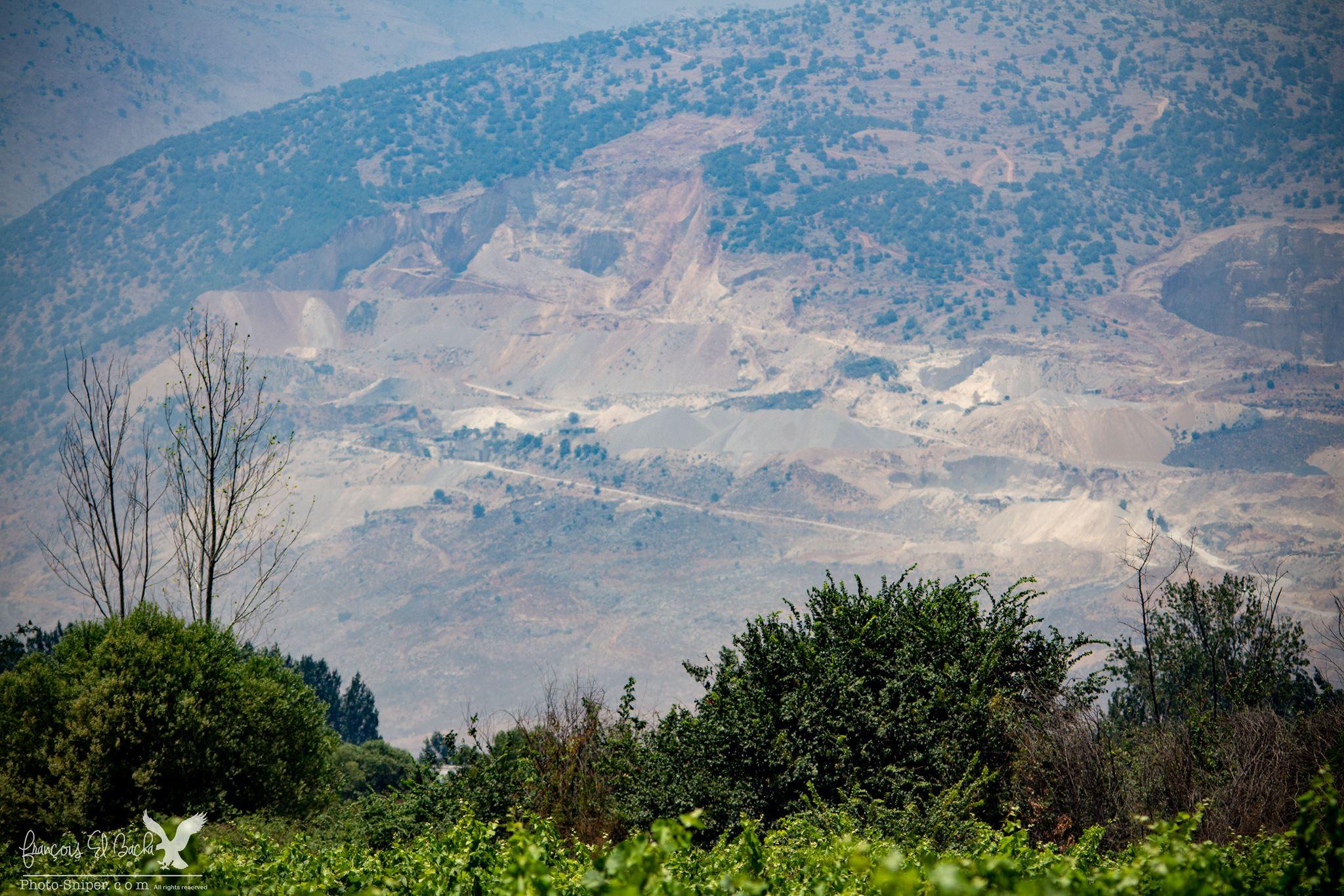 Les carrières de Pierre Fattoush vues depuis les fermes de Taanayel. Crédit Photo: François el Bacha