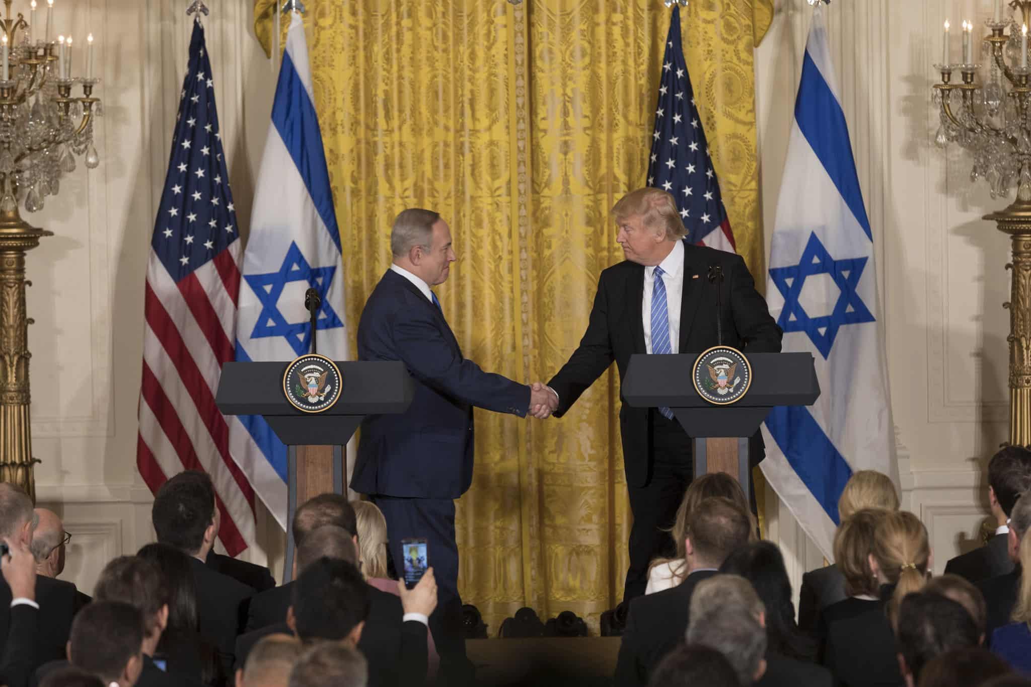 Le président Donald Trump et le Premier ministre israélien Benjamin Netanyahu se serrent la main lors de leur conférence de presse conjointe, le mercredi 15 février 2017, dans la salle Est de la Maison Blanche à Washington, DC (Photo officielle de la Maison Blanche par Benjamin D. Applebaum)
