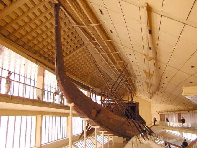 Barque solaire  de Khéops en bois de Cèdre du Liban et reconstituée. Source Wikipedia