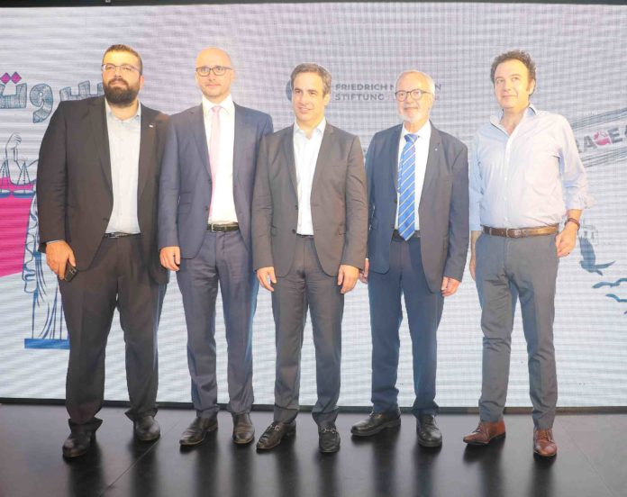 Ahmed El Hariri, secrétaire général du Mouvement du Futur, Dirk Kunze, le directeur du bureau de Beyrouth de la FNF, Michel Moawad, membre du parlement libanais et directeur exécutif de la Fondation René Moawad (RMF), Dr. Werner Hoyer, président de la Banque européenne d'investissement (BEI) et Karl Sharro, satiriste politique.