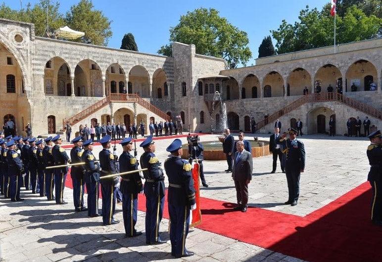 Les honneurs rendus par la Garde République à l'arrivée du Président de la République ce vendredi 16 août au Palais de Beiteddine. Source Photo: Dalati & Nohra