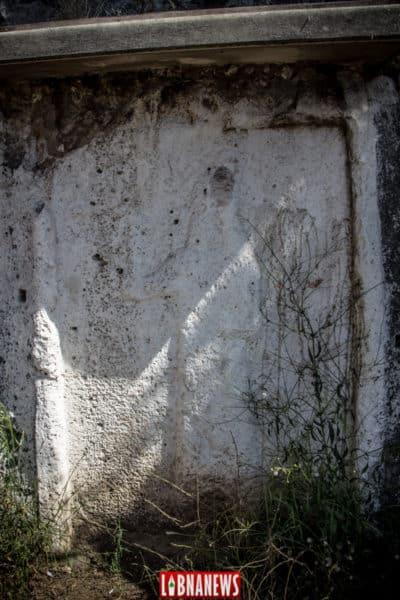Stèles assyriennes. Dans chacune de ces stèles apparait de profil la silhouette d'un roi assyrien, la main droite levée, rédit photo: François el Bacha pour Libnanews.com