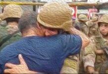 Un soldat fraternisant avec un manifestant.