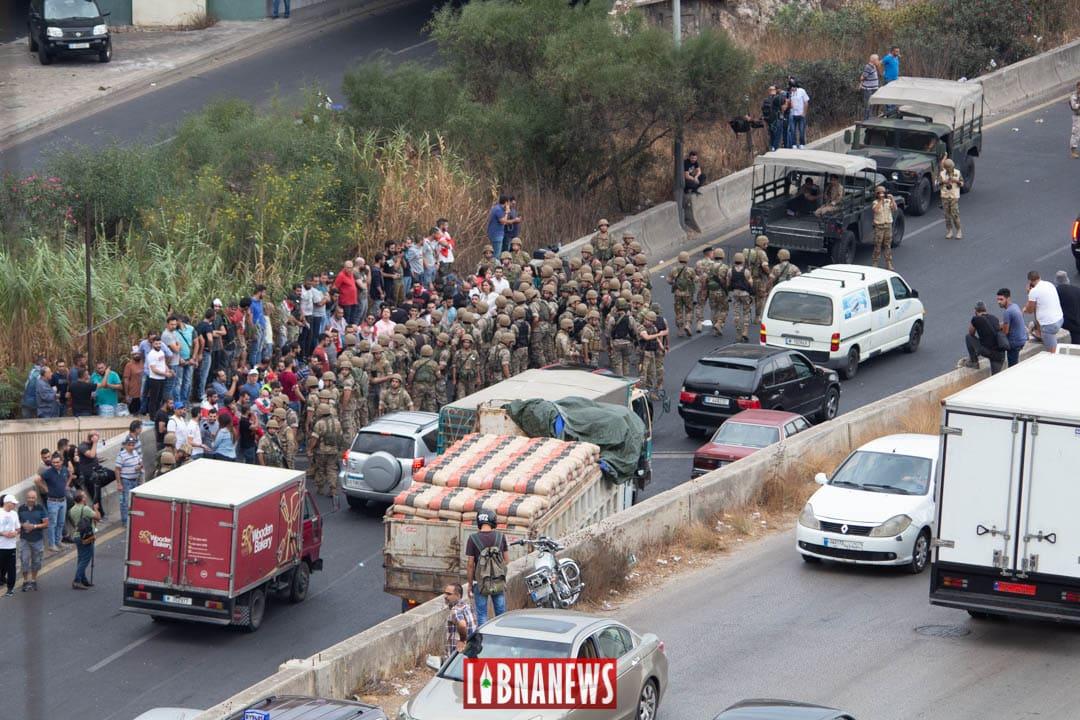 L'Armée Libanaise intervenant à Nahr el Kalb pour rouvrir l'axe de communication entre le Kesrouan et le Metn précédemment fermé. Crédit Photo: Libnanews.com. Tous droits réservés.