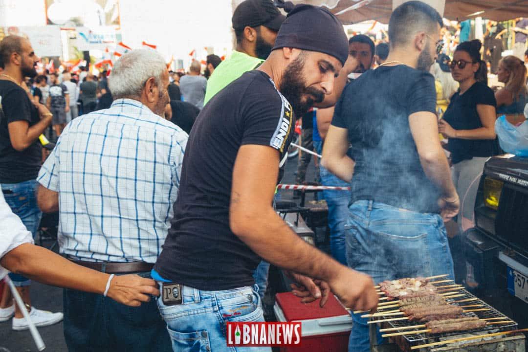 Un manifestant organisant un barbecue au niveau d'un barrage. Crédit Photo: Francois el Bacha pour Libnanews.com. Tous droits réservés.