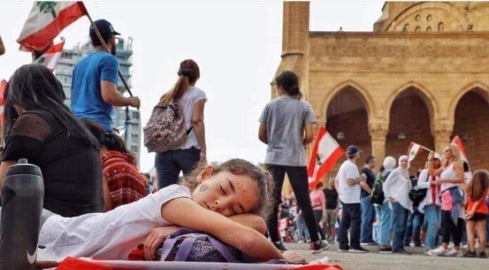 Liban jeune fille drapeau révolution