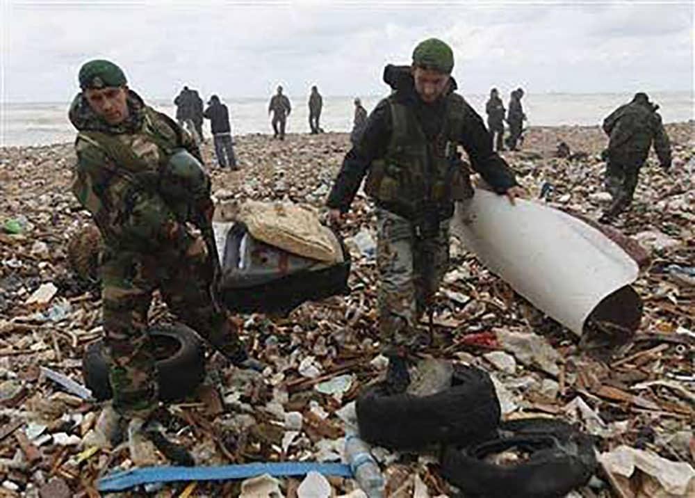 Des militaires libanais ramassant des débris de l'avion d'Ethiopian Airlines dans les jours qui ont suivi le crash en 2010.