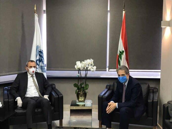 Le Ministre des Finances Ghazi Wazni, en compagnie de l'ambassadeur de Grande Bretagne au Liban, le 30 avril 2020. Crédit Photo: Dalati & Nohra