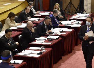 Saad Hariri passant devant le premier ministre Hassan Diab. Crédit Photo: Parlement Libanais