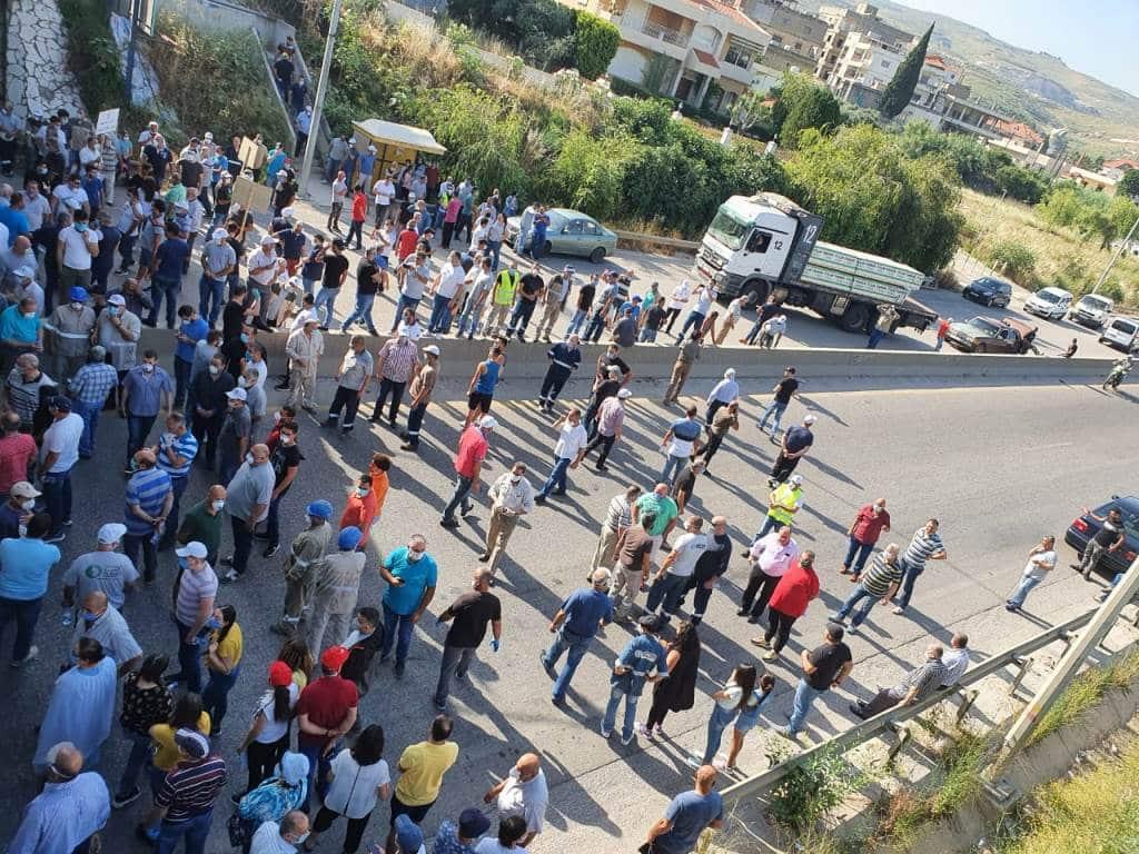 Le blocage de l'autoroute par les employés de la Cimenterie Nationale. Crédit Photo: NNA