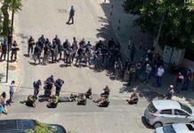 Les membres de la défense civile coupant une route à proximité du Ministère de l'intérieur