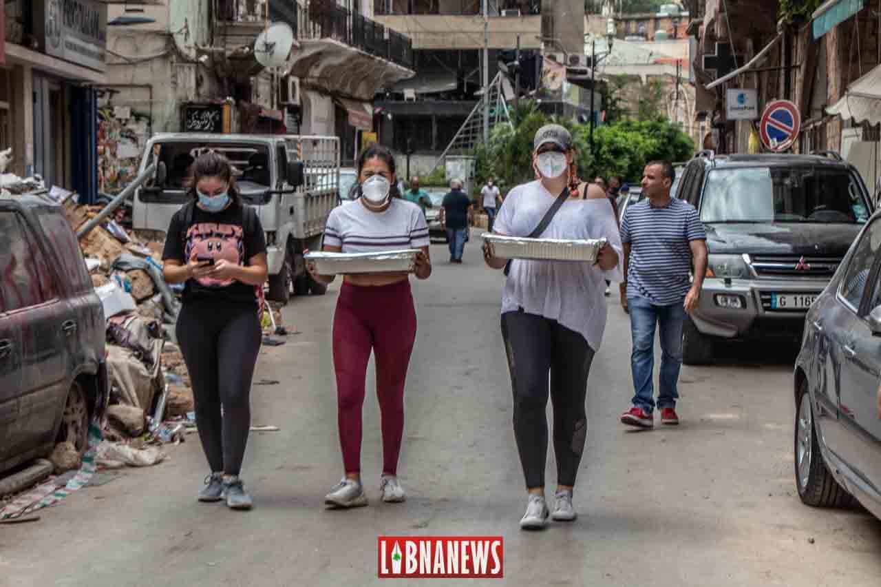 Des volontaires distribuant de la nourriture dans les quartiers de Mar Mikhael et de Gemmayzeh. Crédit Photo: François el Bacha pour Libnanews.com