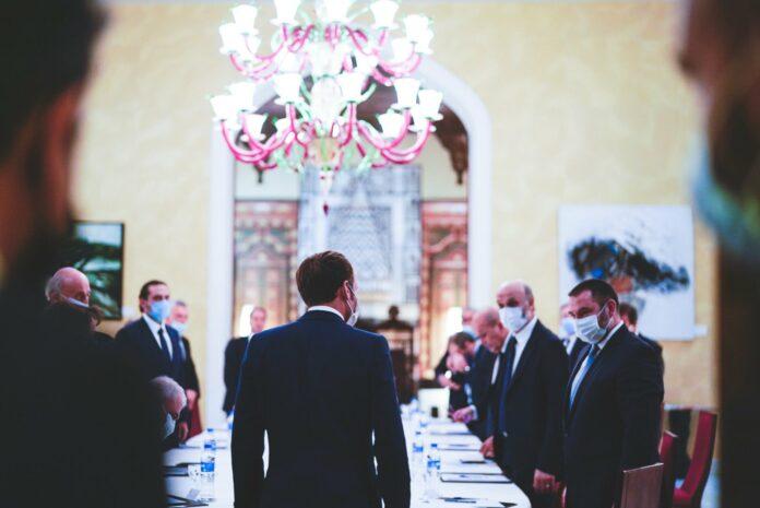 Emmanuel Macron rencontrant les dirigeants des partis politiques libanais. Source Photo: Twitter