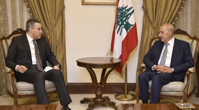 Le Premier Ministre Mustapha Adib débutant les consultations visant à nommer un nouveau gouvernement en compagnie du président de la chambre Nabih Berri.