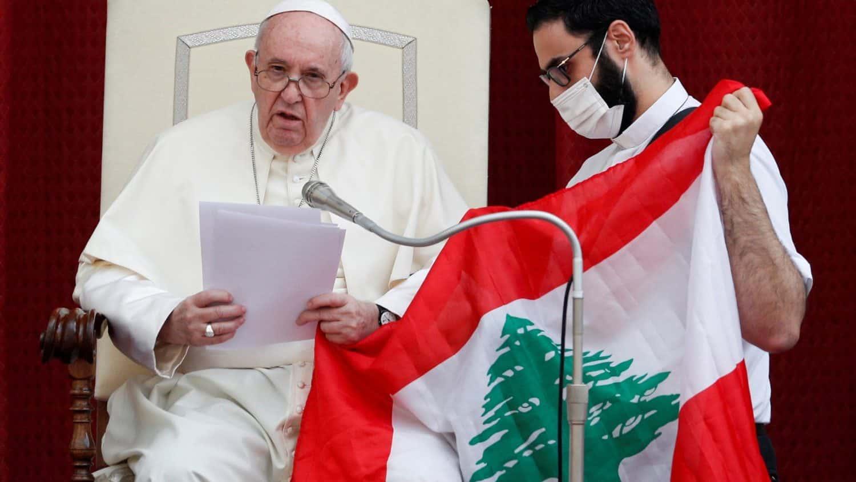 Le pape François tenant le drapeau du Liban