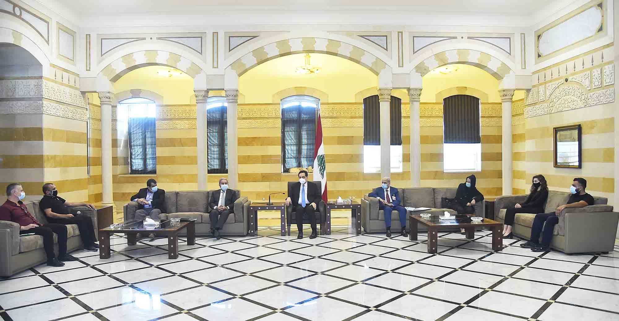 Le premier ministre sortant Hassan Diab en compagnie des familles des victimes du port de Beyrouth. Crédit Photo Dalati & Nohra 16 octobre