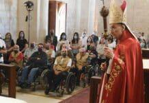 Le patriarche maronite Béchara Boutros Rahi célébrant la messe devant une délégation d'anciens combattants. Crédit Photo: NNA