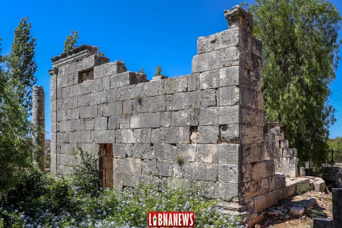 Entrée Sud aménagée dans le mur. Le temple romain de Bziza. Crédit Photo: François el Bacha, pour Libnanews.com. Tous droits réservés.