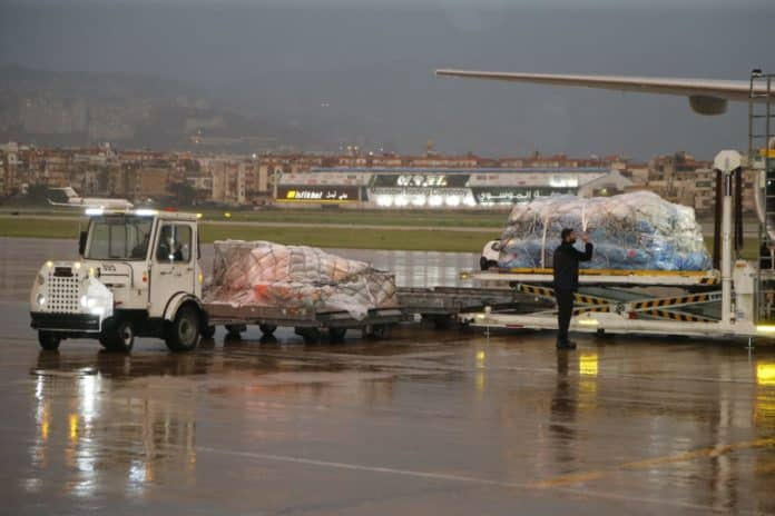 L'arrivée du premier lot de vaccin astrazeneca à l'aéroport international de Beyrouth. Crédit photo: NNA